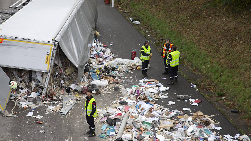 A1 nach Unfall bei Nyon VD mit Abfall übersät
