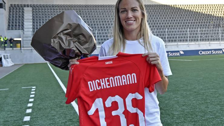 Vor dem Spiel wird die zurückgetretene Rekordnationalspielerin Lara Dickenmann gebührend verabschiedet.