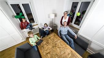 Architekt und Tischsofa-Designer Stefan Degolo mit seiner Partnerin Silke Traut und den Kindern Jana, Mathis (hinten) und Lorin im Wohnzimmer in Niederlenz. Chris Iseli/Archiv az