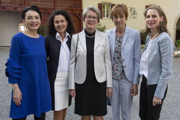 Frauenpower im Schlosshof (v.l.): CVP-Präsidentin Marianne Binder, Staatsschreiberin Vincenza Trivigno, die Nationalrätinnen Corina Eichenberger und Ruth Humbel, Philosophin Katja Gentinetta.