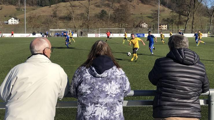 Das Ehepaar Britta und Willi Jordi-Muggli teilt mit Beat Blaser die Leidenschaft für den Regionalfussball.