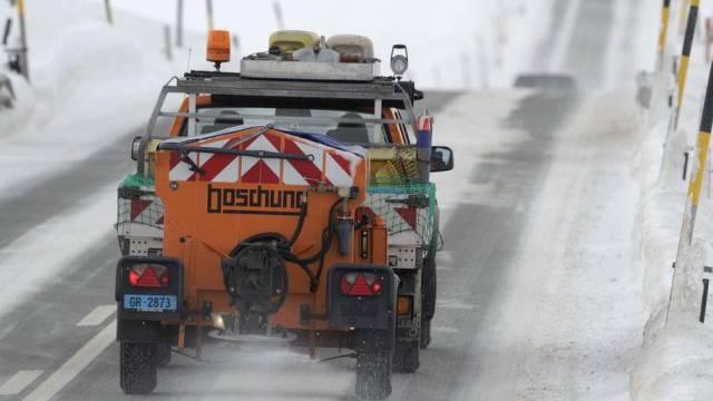 """Die nach Ansicht der Initianten des Vorstosses """"hysterische Schneeflockenbekämpfung"""" soll auch im nächsten Winter fortgesetzt werden, um die Strassen sauber und sicher zu halten. (Archiv)"""