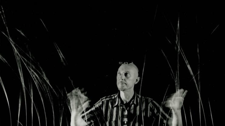 Len Lye mit seiner kinetischen Skulptur «Grass» (1961 – 1965).