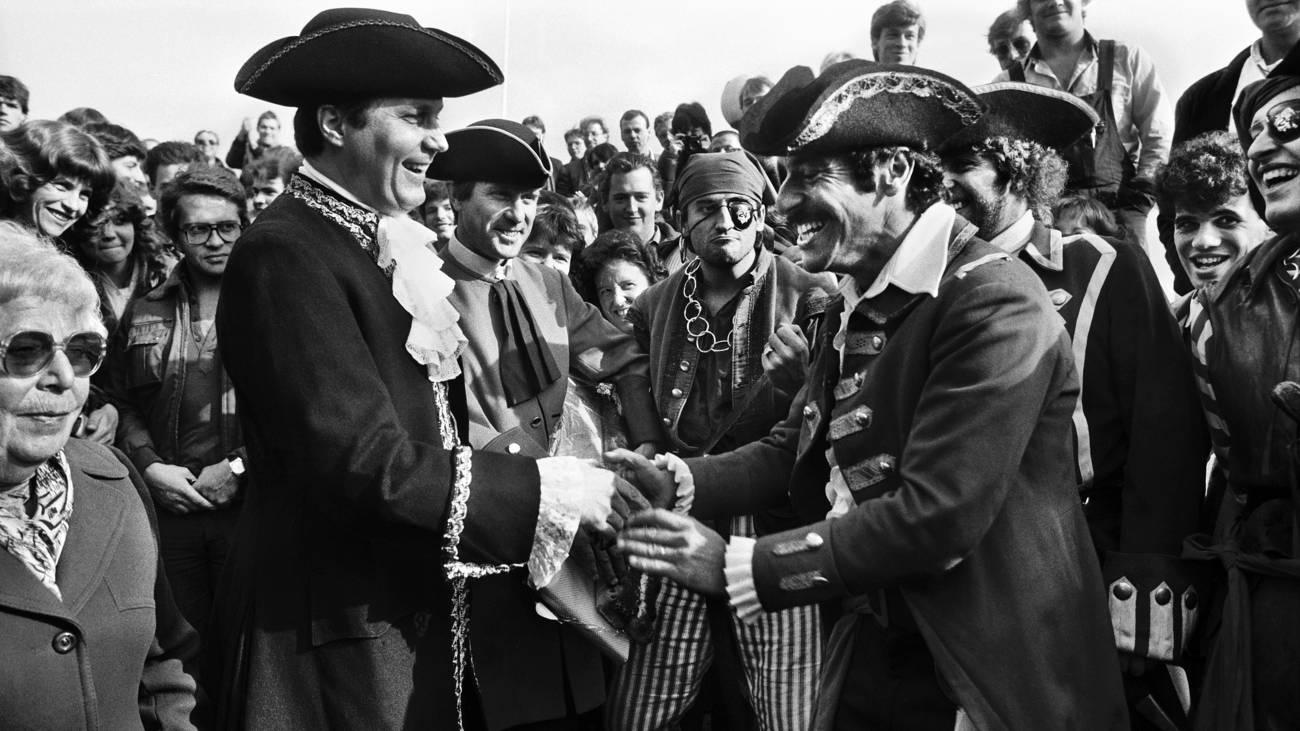 Roger Schawinski erhält vom damaligen Zürcher Stadtpräsident Thomas Wagner die «Stadtschlüssel», 1. November 1983 (© Keystone)
