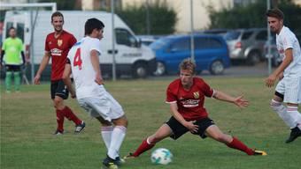 Noah Schwegler (Mitte, rotes Trikot) ist als Verstärkung zurück beim FC Niederwil.