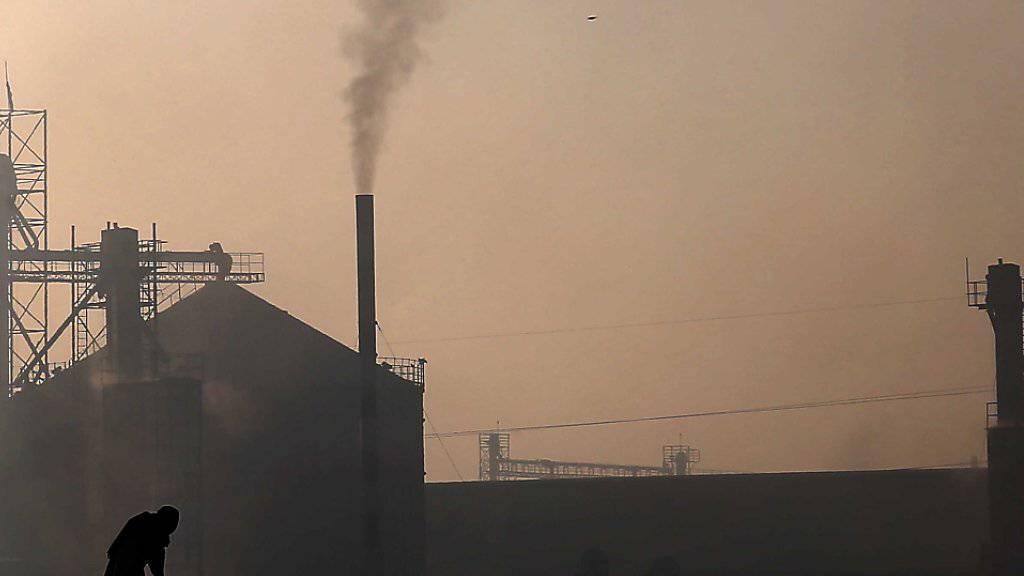 Die Uno-Klimakonferenz zieht sich weiter hin: Rauch aus einer Fabrik in Karatschi, Pakistan. (Symbolbild)