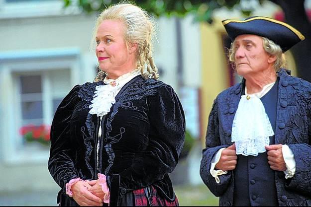 Hauptakteure: Die gnädige Frau von Besenval (Marlise Fischer) und Arzt Jakob Lenzinger (Hans-Joachim Frick).