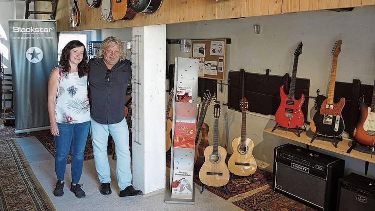 Im Musighuus von Yvonne und Valentin Hitz gibt es nebst Gitarren auch andere Instrumente.
