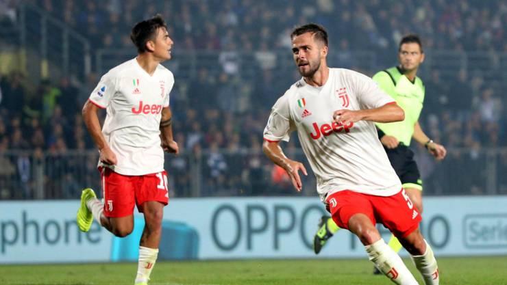 Miralem Pjanic (rechts) freut sich über sein 2:1 in Brescia