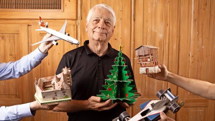 Verlagsleiter Rolf Müller ist stolz auf die Vielfalt der Modelle. Acht davon hat er selbst entworfen.