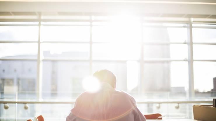 Tipps, wie Sie bei Hitze besser schlafen: Tagsüber keine direkte Sonneneinstrahlung: Vorhänge zuziehen und nachts oder morgens lüften.