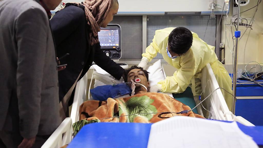 Ein Mann wird nach einem in Kabuk Selbstmordanschlag in einem Krankenhaus behandelt. Foto: Mariam Zuhaib/AP/dpa