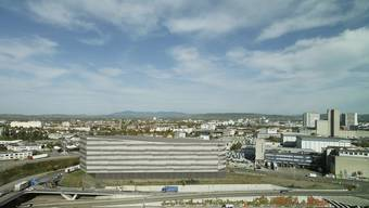 Die aufeinandergestapelten Erdgeschosse des Gewerbehauses an der Neudorfstrasse vom Casino aus gesehen.