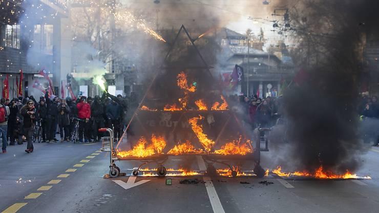 Brennendes Kartenhaus an der unbewilligten Anti-WEF-Kundgebung am Samstag in Berns Innenstadt.