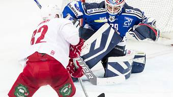 ZSC-Keeper Boltshauser im Duell mit Lausannes Harry Pesonen