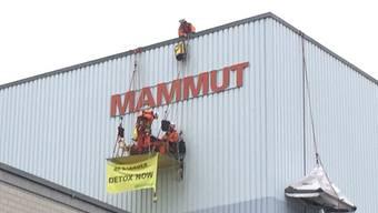 Kopie von Greenpeace-Aktivisten installieren sich an der Mammut-Fassade