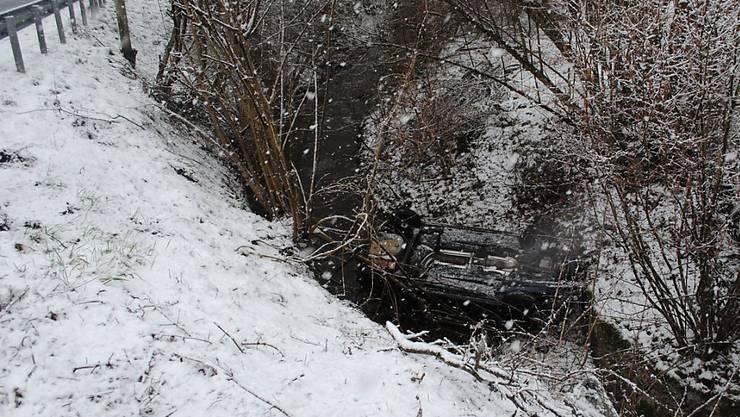 Bei einem Selbstunfall in Schleitheim SH ist ein Fahrzeug auf dem Dach liegend in einem Bach gelandet. Die Autolenkerin und die Beifahrerin wurden nur leicht verletzt. (Bild: Kantonspolizei Schaffhausen)
