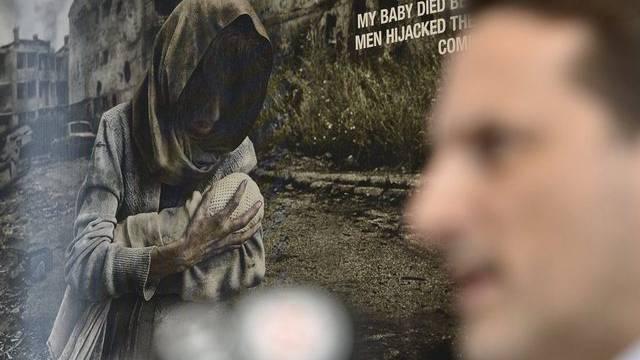 IKRK-Einsatzleiter Pierre Krähenbühl vor einem Plakat an der Medienkonferenz zu Syrien in Genf