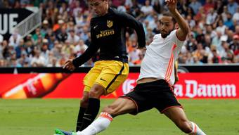 Valencias Mario Suarez (rechts) streckt sich gegen Antoine Griezmann
