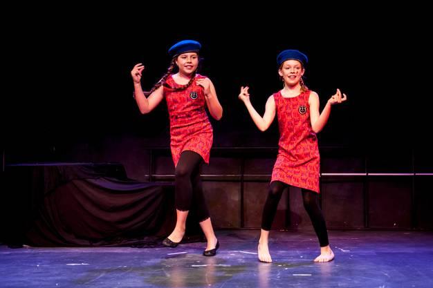 Diese beiden jungen Damen werben für die MS Fantasia.