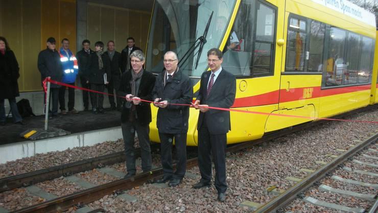 Gemeindepräsident Karl-Heinz Zoller, Regierungspräsident Jörg Krähenbühl und BLT-Direktor Andreas Büttiker (v.l.) weihen die neue Tramhaltestelle «Stollenrain» in Arlesheim.