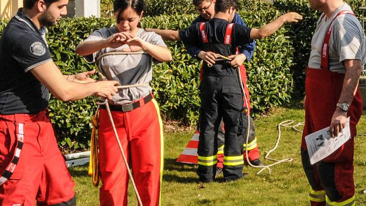 Neu eingeteilte Feuerwehrleute üben die Sicherung mit dem Seil.