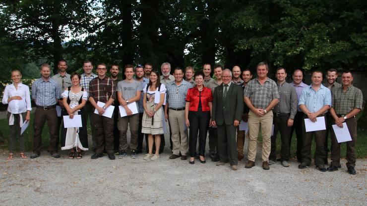 Die neuen Jägerinnen und Jäger mit Regierungsrätin Esther Gassler, rechts neben ihr Hansueli Bur und Jürg Misteli.