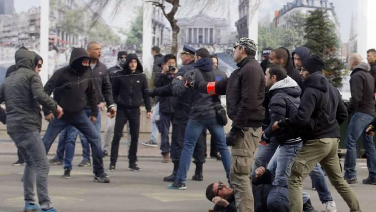 Hooligans auf der Place de la Bourse im Zentrum von Brüssel machen Stimmung gegen den Islam.