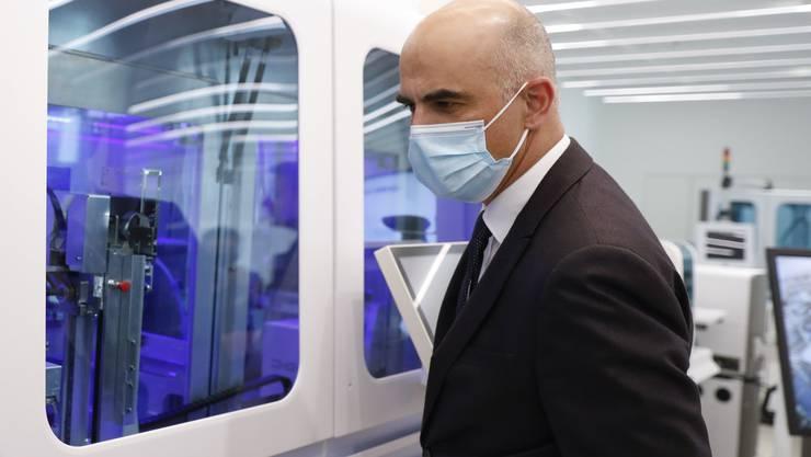 Bundesrat Alain Berset besichtigte im Kanton Zug ein Labor von Roche Diagnostics, das derzeit einen Schnelltest für das Coronavirus entwickelt.