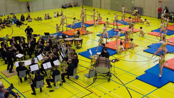 """""""TurnBRASSzination"""" feierte Premiere. Es ist eine Zusammenarbeit zwischen der Brass Band MG Oberrüti und des GeTU Sins-Oberrüti und kommt zur Aufführung am Eidgenössischen Turnfest in Aarau im Juni."""