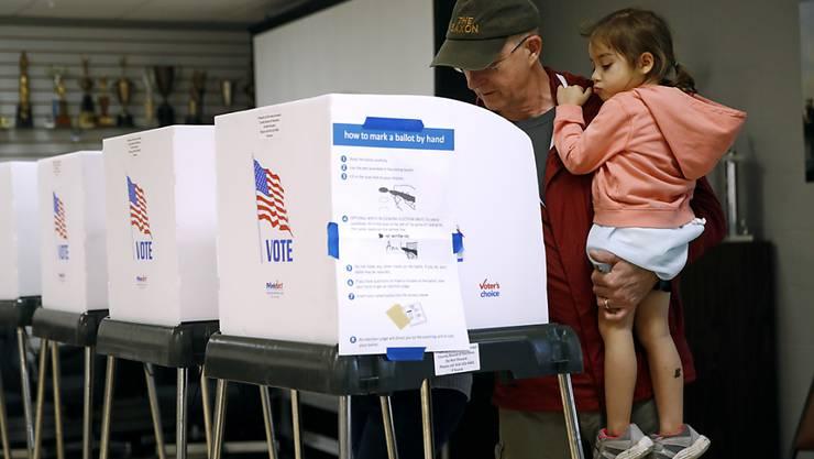 Ein Vater mit seiner Tochter beim Wählen am 6. November auf der Feuerwehrwache Eastport in Annapolis im US-Bundesstaat Maryland. (Archivbild)