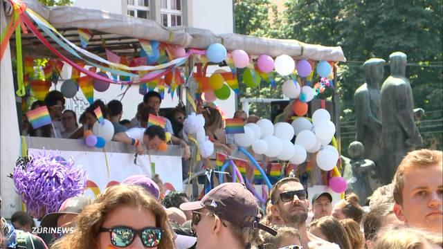 Tausende Menschen an der kunterbunten Pride