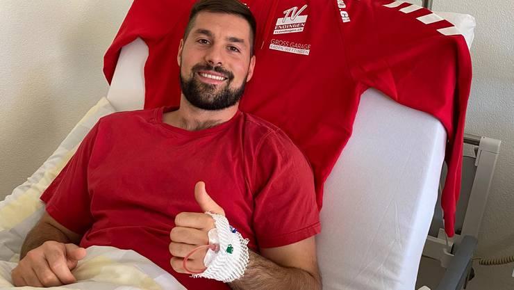 Daumen hoch: Leonard Pejkovic nach der erfolgreichen Schulteroperation im Spitalbett.