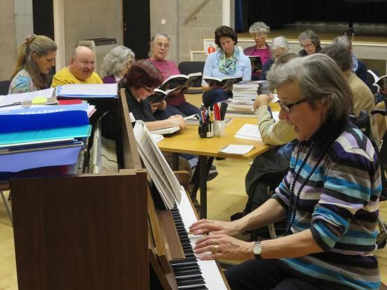 Chorleiterin Christine  Neuhaus baut Brücken und motiviert.