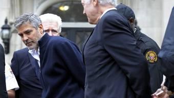 George Clooney (l) und sein Vater werden in Handschellen abgeführt
