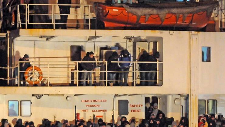Das Frachtschiff Blue Sky M kommt im italienischen Hafen Gallipoli an.