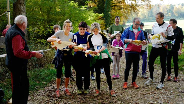 Maya Graf (Dritte von links) wirft zusammen mit Elisabeth Augstburger (links neben ihr) und Julia Gosteli (ganz links) noch einen letzten Blick auf die Karte.