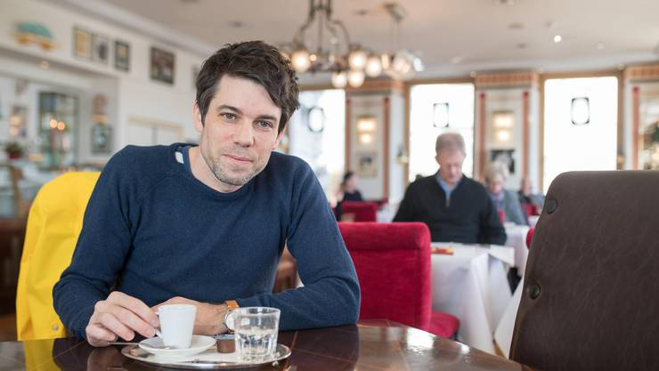 Glaubt nicht an den freien Willen: Niko Stoifberg im Café de Ville in Luzern.