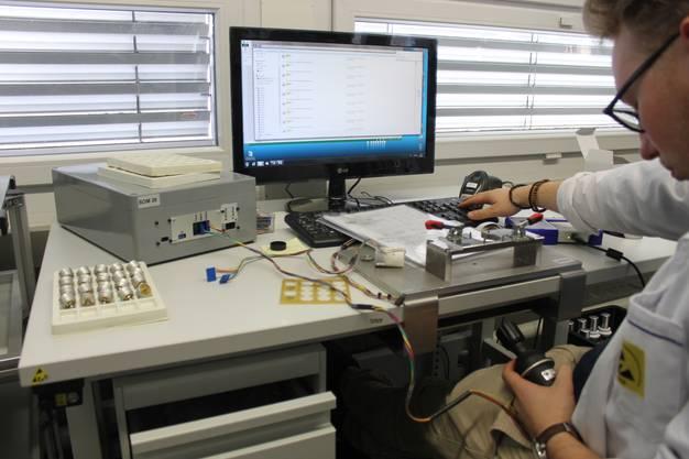 Die Joysticks werden von Hand kalibriert und getestet
