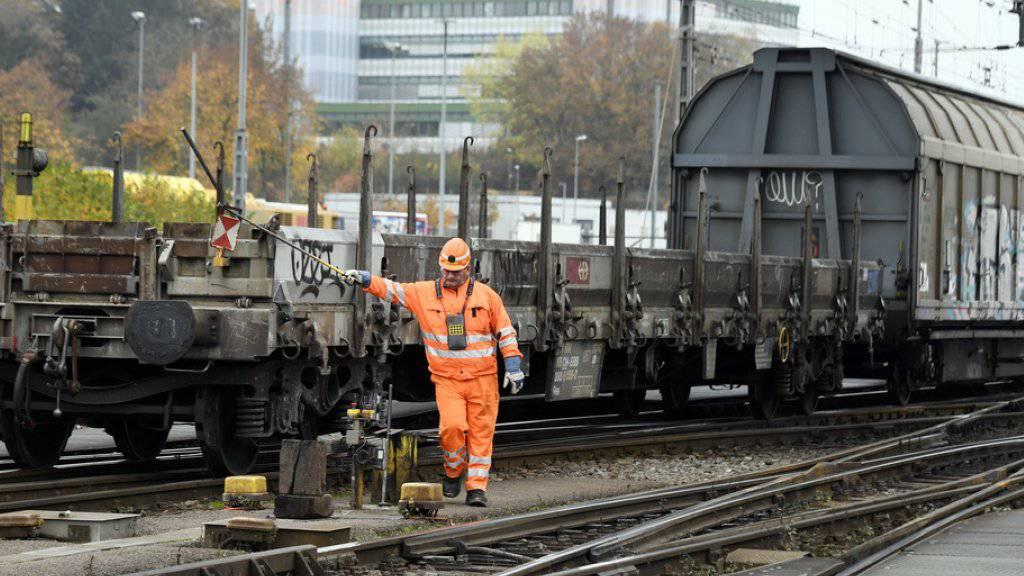 Zum Zusammenstellen von Güterzügen braucht es künftig dank automatischen Kupplungen und anderen Systemen immer weniger Rangierarbeiter. (Archivbild)