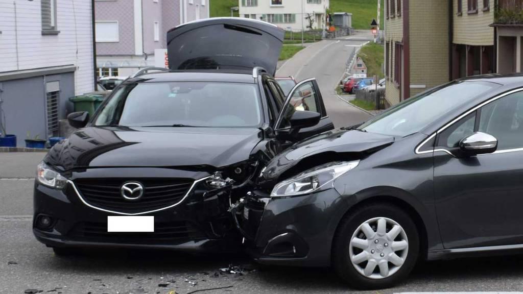 Der Sachschaden an den beiden Autos beträgt mehrere Tausend Franken.