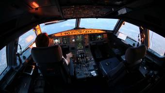 Alleine im Cockpit: Das dürfen Swiss-Piloten seit dem Absturz einer Germanwings-Maschine im März 2015 nicht mehr sein. Viele wehren sich dagegen. Bei der Swiss wird derzeit über die Abschaffung der Zwei-Personen-Regel diskutiert.