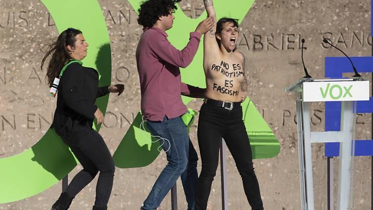 Nackter Protest einer Femen-Aktivistin gegen die rechtsradikale Partei Vox kurz vor der Parlamentswahl in Spanien.