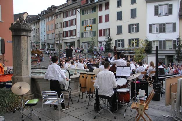 Impressionen vom Konzertam Dienstagabend mit demJuniorensemble, der Jugendmusik und den Tambouren beim Erdbeeribrunnen in der Brugger Altstadt.