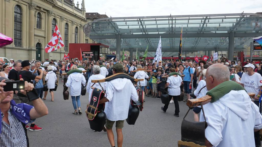 Coronamassnahmengegner ziehen lautstark durch Bern