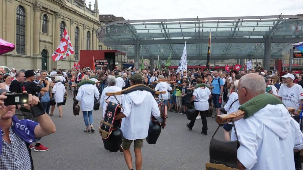 Trycheln für die Freiheit: Geschätzte 700 Massnahmengegner protestierten am Donnerstag in Bern.