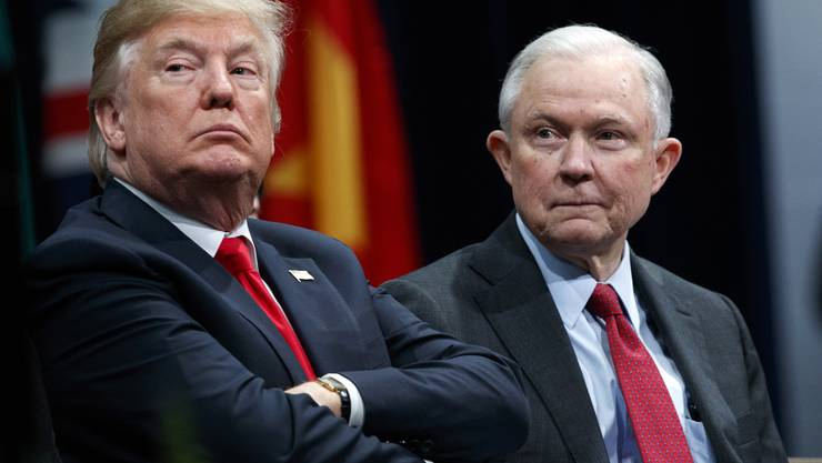 Nur einen Tag nach den Kongresswahlen in den USA muss US-Justizminister Jeff Sessions seinen Posten in der Regierung von Präsident Donald Trump räumen.