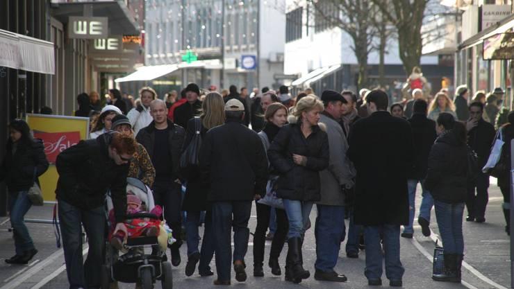 Den Samstagsverkauf am Stephanstag nutzen viele für einen Spaziergang in den Innenstädten und einen Einkauf. Hier an der Badstrasse in Baden.
