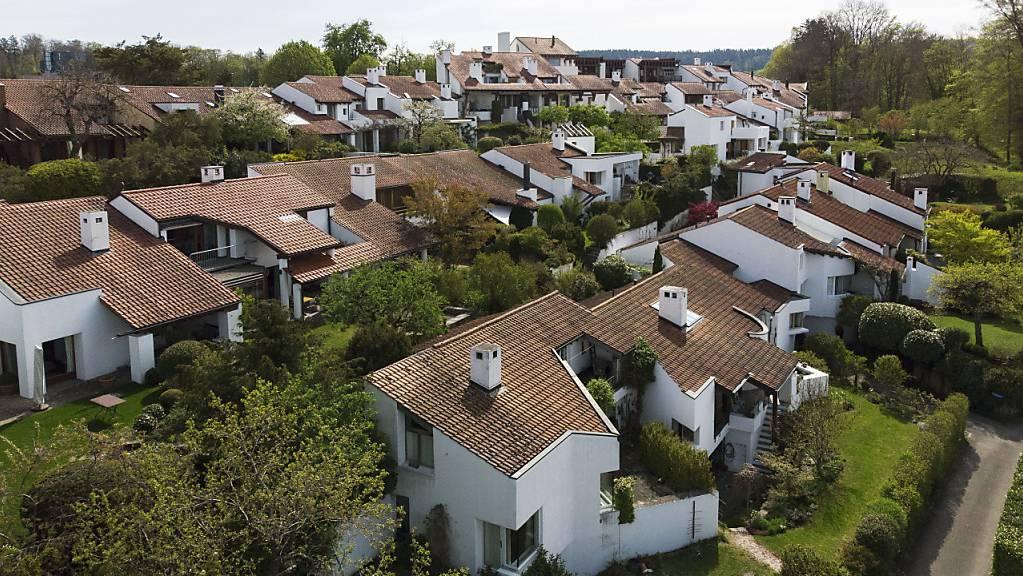 Die Preise für Wohneigentum sind im Mai weiter angestiegen. Sowohl für den Kauf von Einfamilienhäuser als auch von Eigentumswohnungen müssen Schweizerinnen und Schweizer tiefer in die Taschen greifen.(Archivbild)