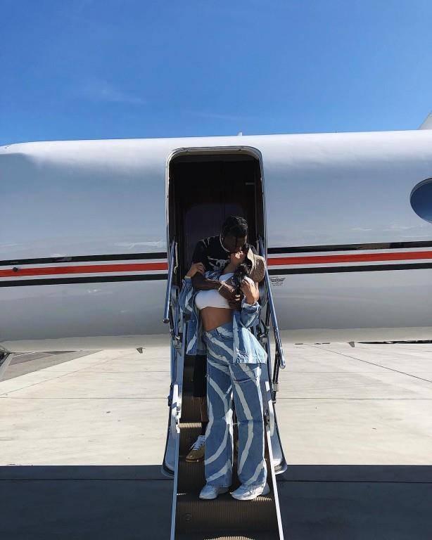 Kylie Jenner setzt auf bequeme Jeans. (© Kylie Jenner/Instagram)